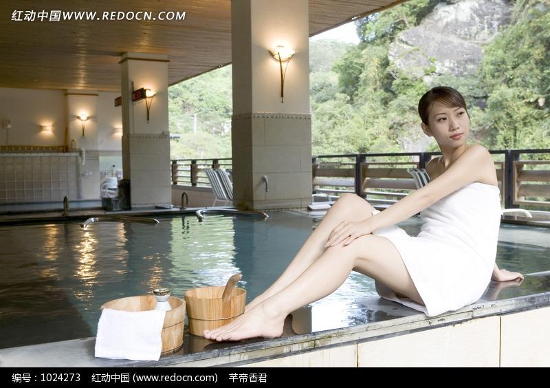 裹着浴巾在泳池边的美女和清酒图片编号:1024273