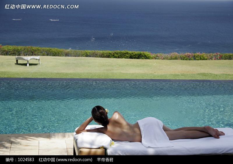 室外躺在床上的半裸美女素材图片编号:10245