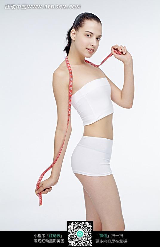 穿白色衣服的健身美女图片设计图片