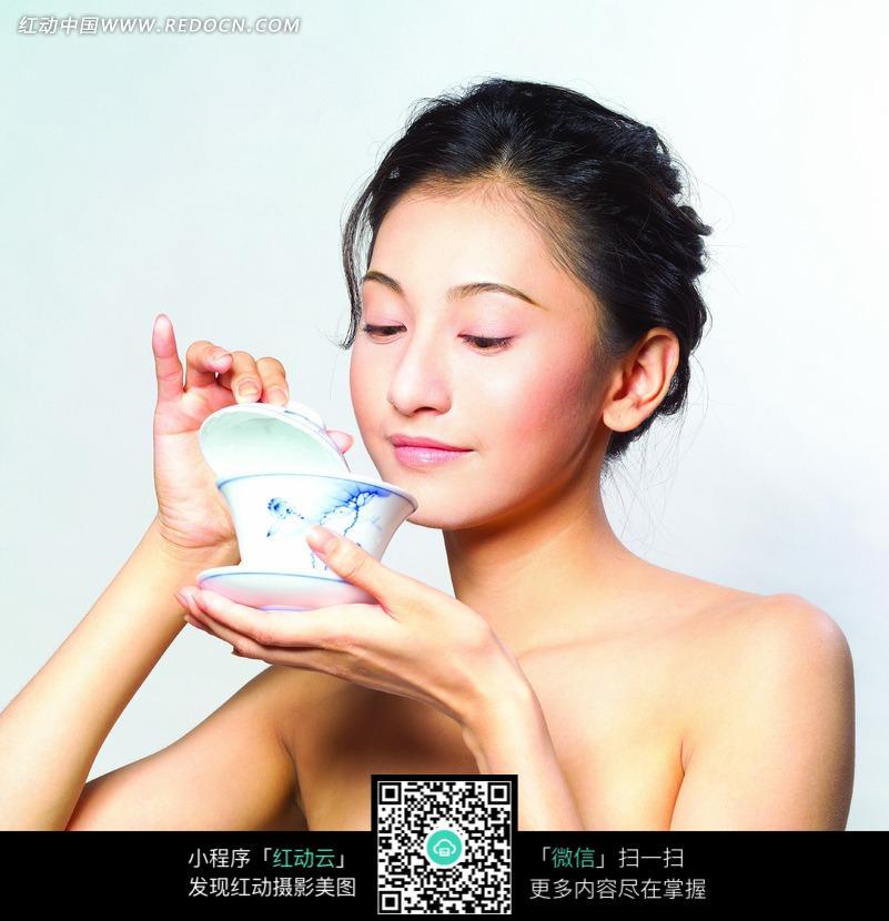 喝茶的美女图片图片编号:1025237