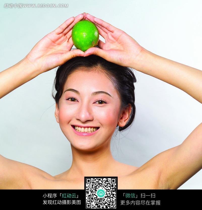 美女把青双手放在头上的美女图片图片-人物图背露胸露柠檬图片