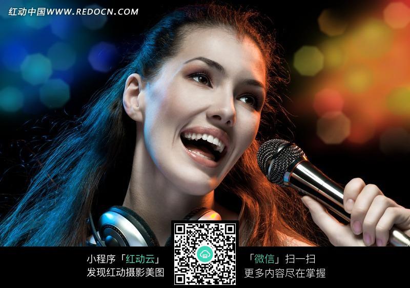 激情欢唱的美女图片图片编号:995133