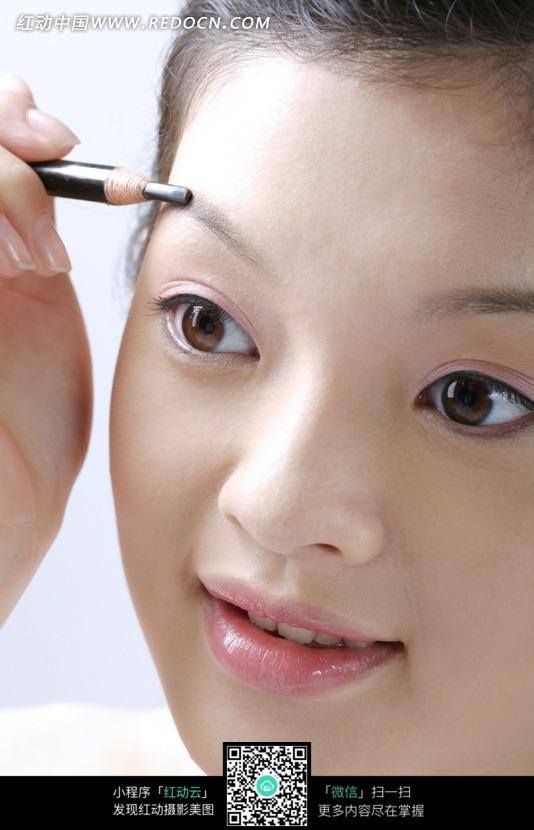 正在画眼线的美女图片编号:1025687 女性女