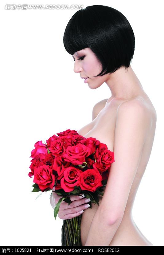 右手抱着红色玫瑰花的裸体女人侧面图片