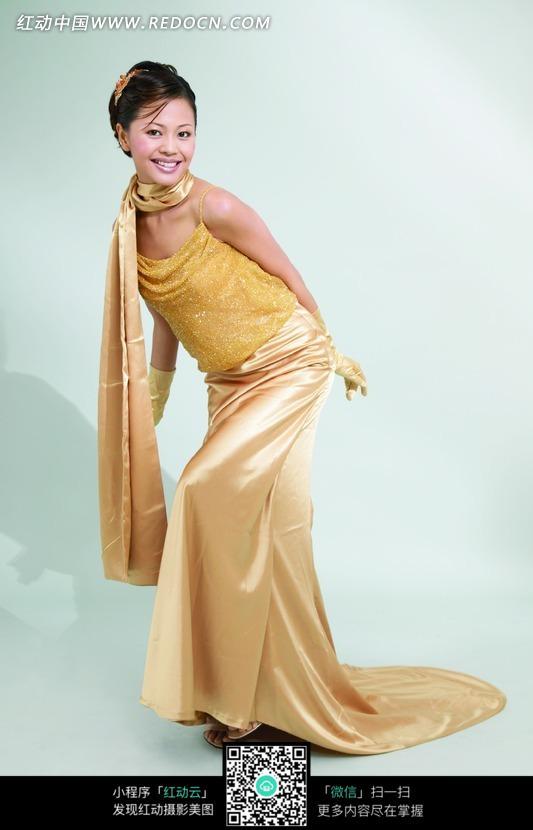 身穿金色礼服的美女图片编号:1029925