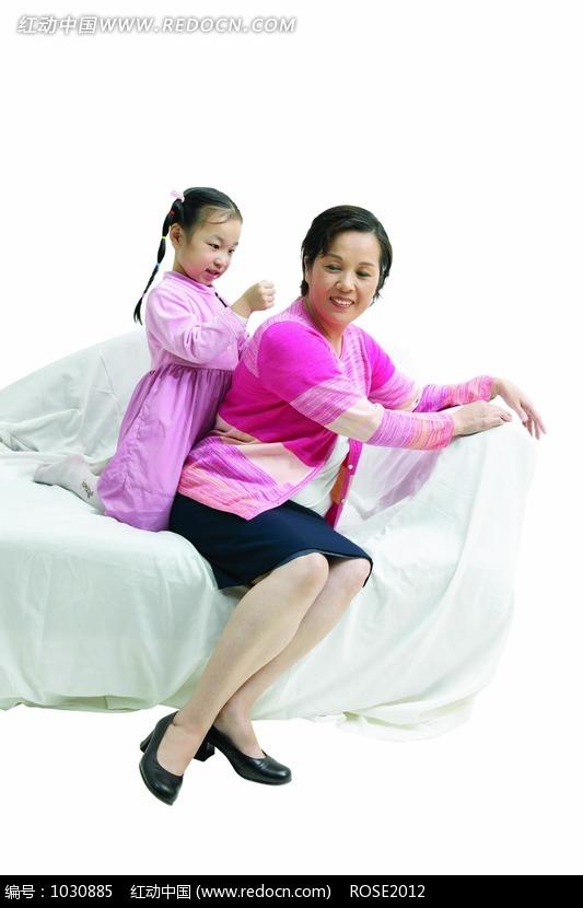 沙发上 给妈妈 捶背 的女孩图片 编号 1030885