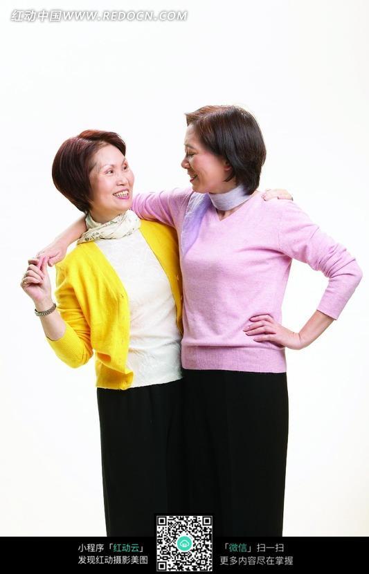 搂在一起的对视的两个中老年女人图片编号:1