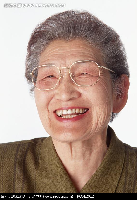 大笑的老太太图片
