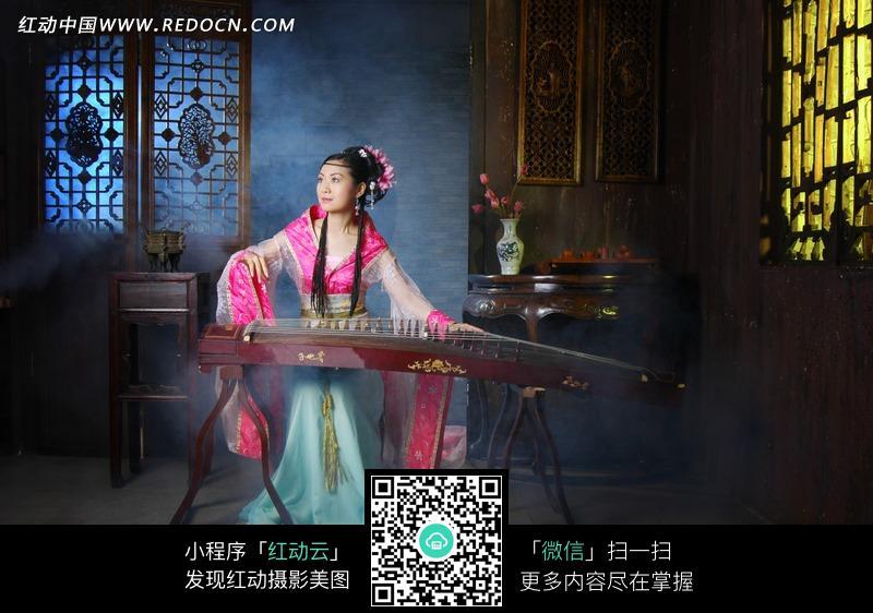 正在弹奏古筝的古装美女图片 人物图片素材|图