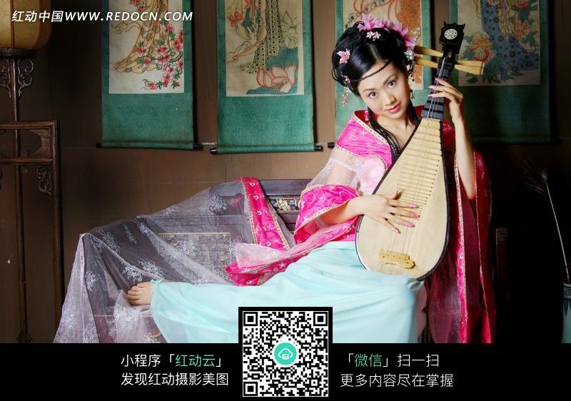 弹奏琵琶的古装美女图片编号:1032903