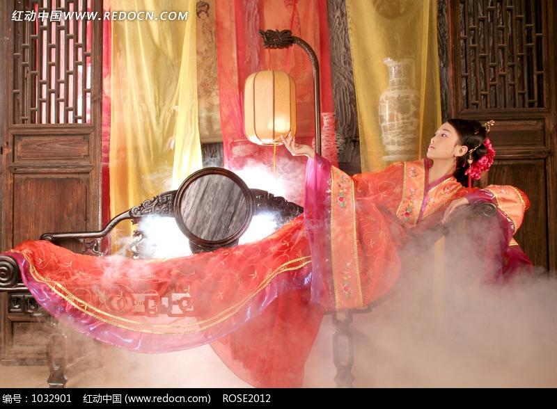 躺在椅子上的红衣古装美女图片编号:1032901