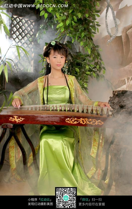 正在弹古筝的绿衣古装美女图片编号:1032889