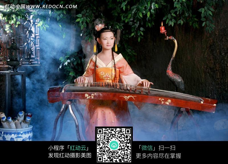 弹古筝的红衣古装美女图片编号:1032851