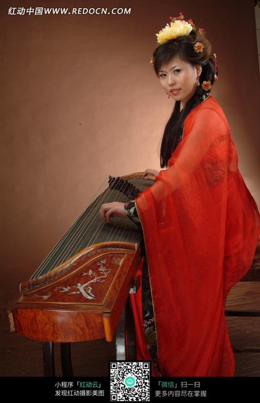 弹琴的红衣古装美女图片编号:1032823 女性