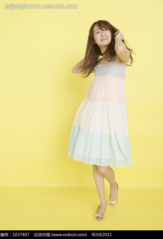 黄色背景前的白裙摆姿势美女图片 人物图片素