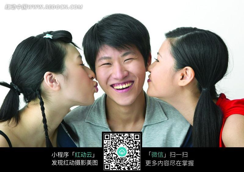 两个美女亲吻帅哥图片 人物图片素材|图片库|图