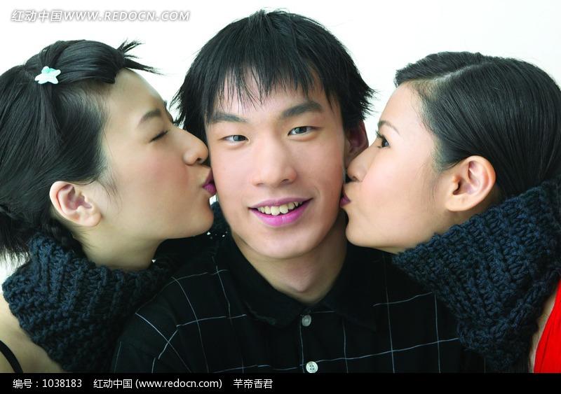 两个美女亲吻微笑帅哥图片编号:1038183 日