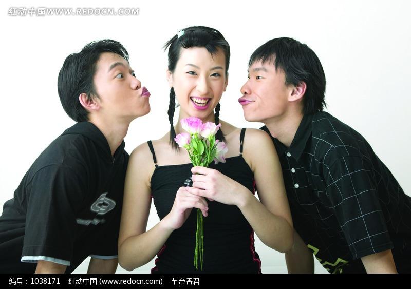 两个想要亲吻美女的男子图片 人物图片素材|图