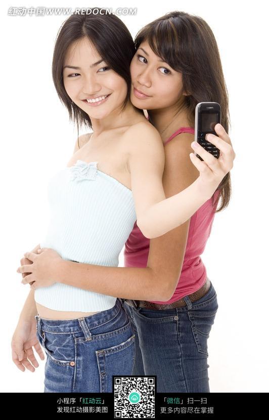 抱在一起玩自拍的两个美女图片编号:1039883
