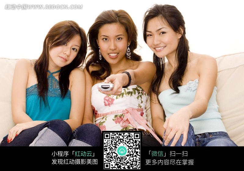 坐在沙发上看电视的三位美女图片编号:1039813