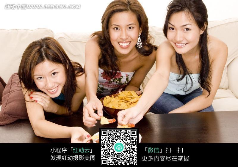 坐着的吃东西的三个美女图片编号:1039811