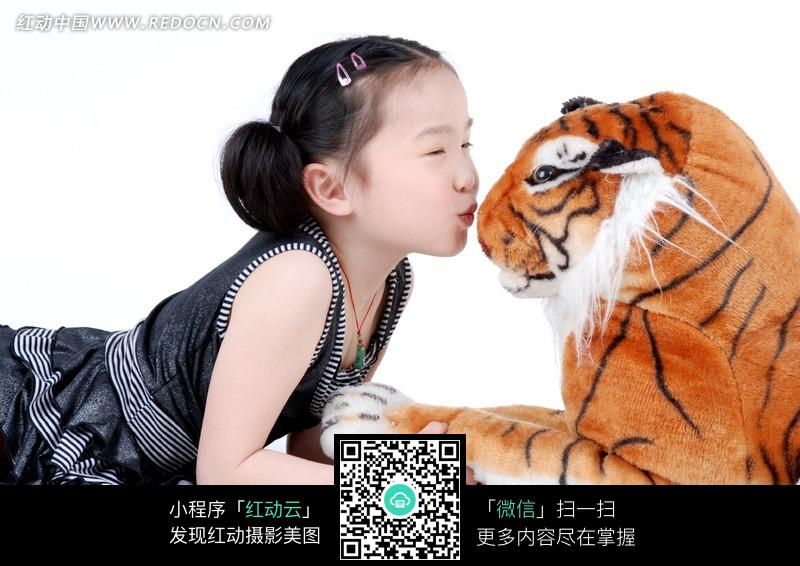 v老虎着趴在老虎图片亲吻地上的小女孩玩偶-人女生个性qqa老虎签名图片