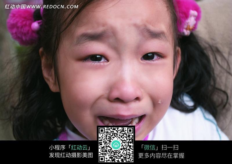 看着镜头哭泣的女孩图片编号:1044185
