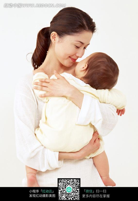 妈妈抱着小宝宝图片中国_抱着小宝宝睡觉妈妈图片人物图片素材图片库