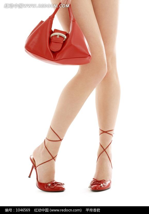 提着红包穿红色高跟鞋的女人的美腿特写图片