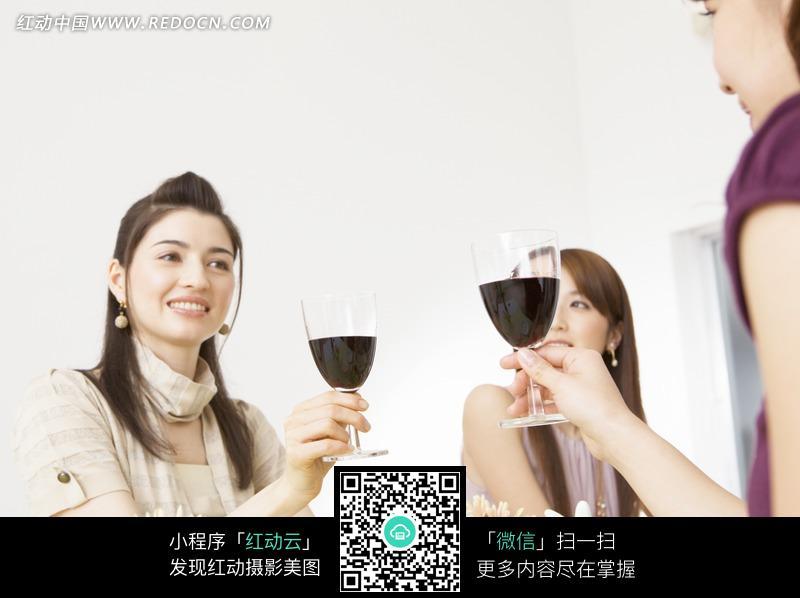 餐桌上相互敬酒的两个美女图片编号:1047225