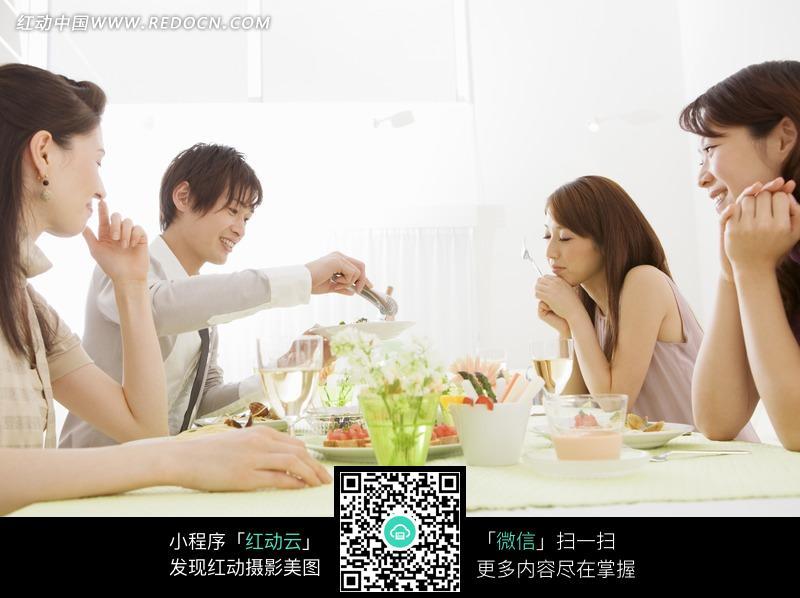 餐桌旁看着一个帅哥夹菜的三个美女图片
