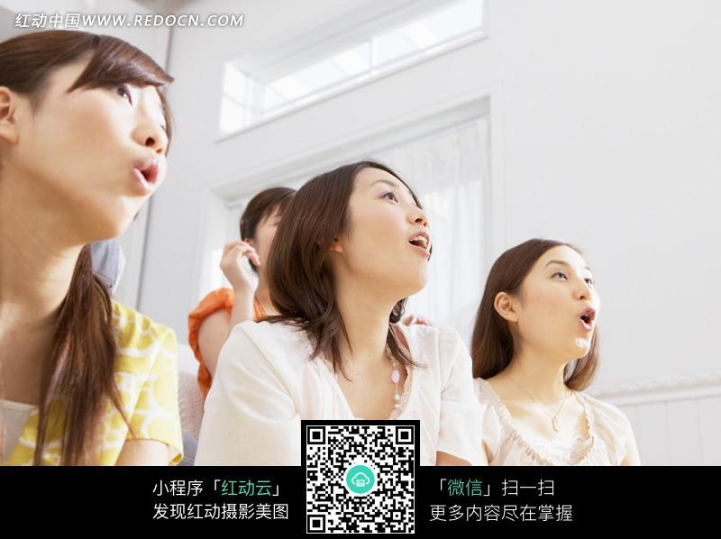 坐在沙发上表情惊讶的三个美女图片 人物图片