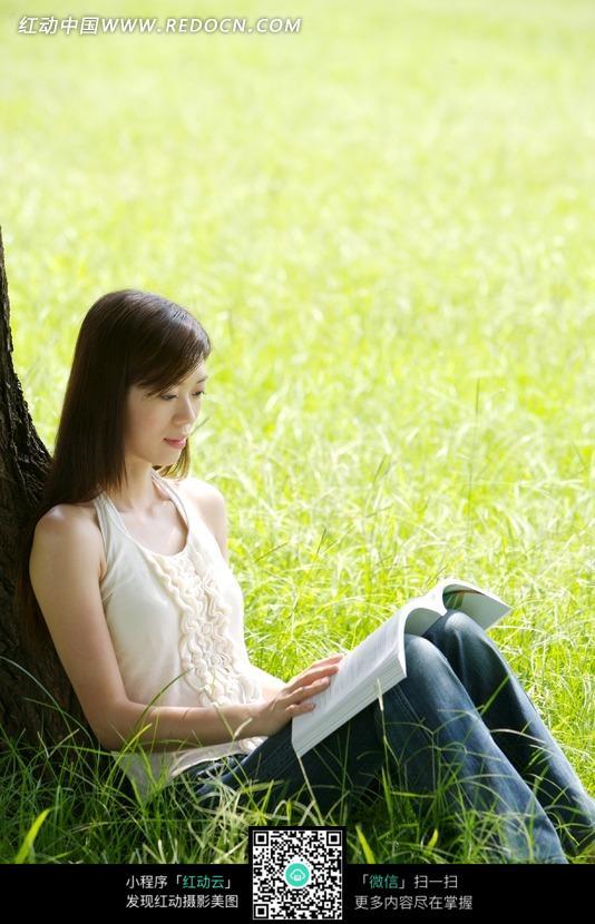 关键词:美女女士看书草地树木靠着读书美女