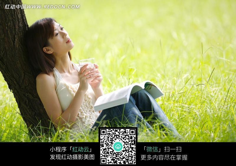 坐在草地上看书的美女图片编号:1047537