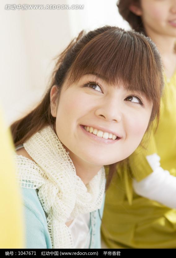 侧头微笑的齐刘海美女图片编号:1047671 日