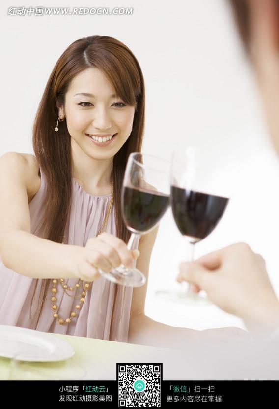 微笑着和别人碰酒杯的长发美女图片编号:104