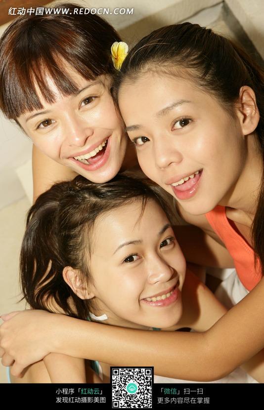 开心挤在一起的三个美女设计图片