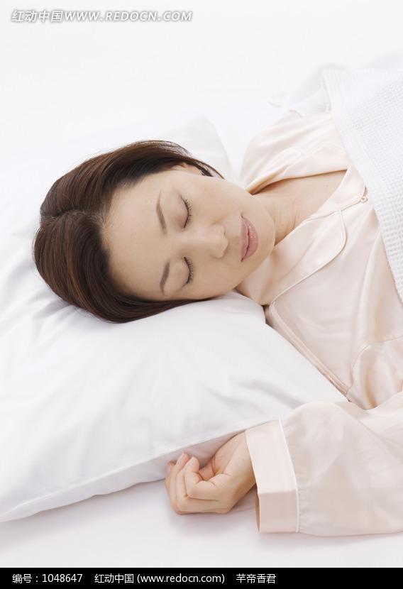 躺在枕头上睡觉的女人图片编号:1048647