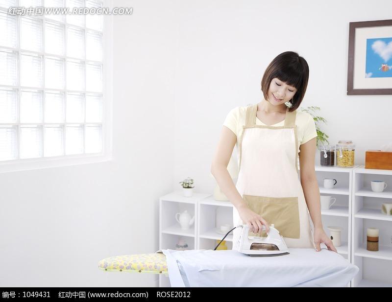 正在熨烫衣服的美女图片图片编号:1049431