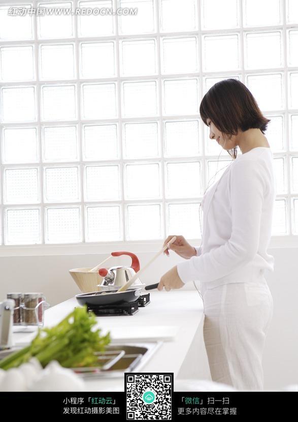 厨房里边听歌边做饭的美女图片 人物图片素材|图片库