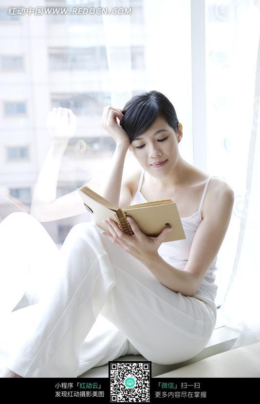 在窗台上看书的美女图片设计图片