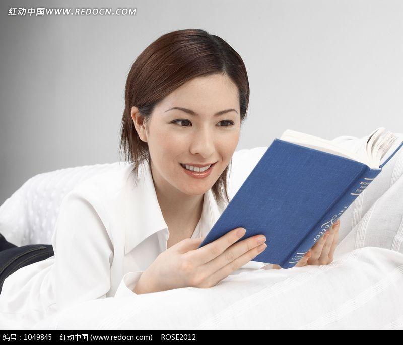微笑趴在床上看书的美女图片编号:1049845