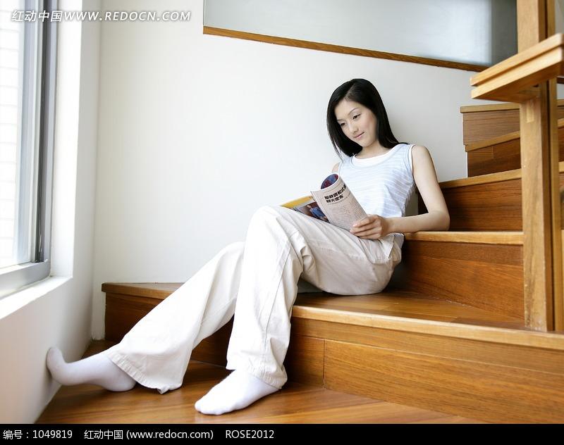 坐在楼梯上看书的女人图片 人物图片素材|图片