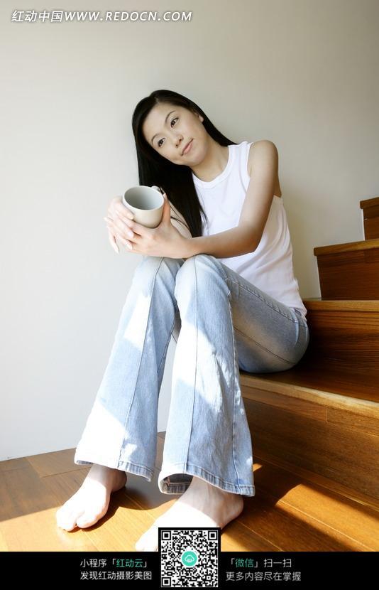 坐在楼梯上的女孩_楼梯上的外国少女摄影图_女性人物图片专辑_