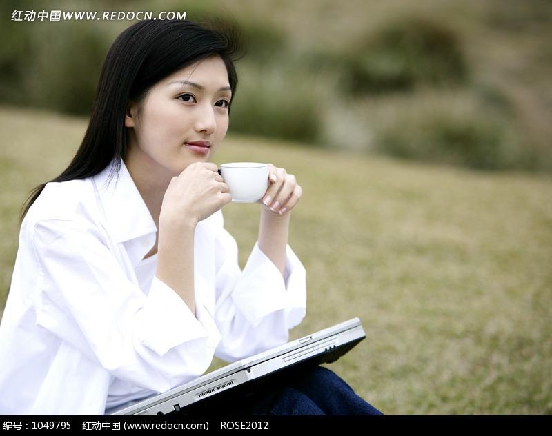 关键词:草地喝茶女孩电脑人物图片素材美女图片女人