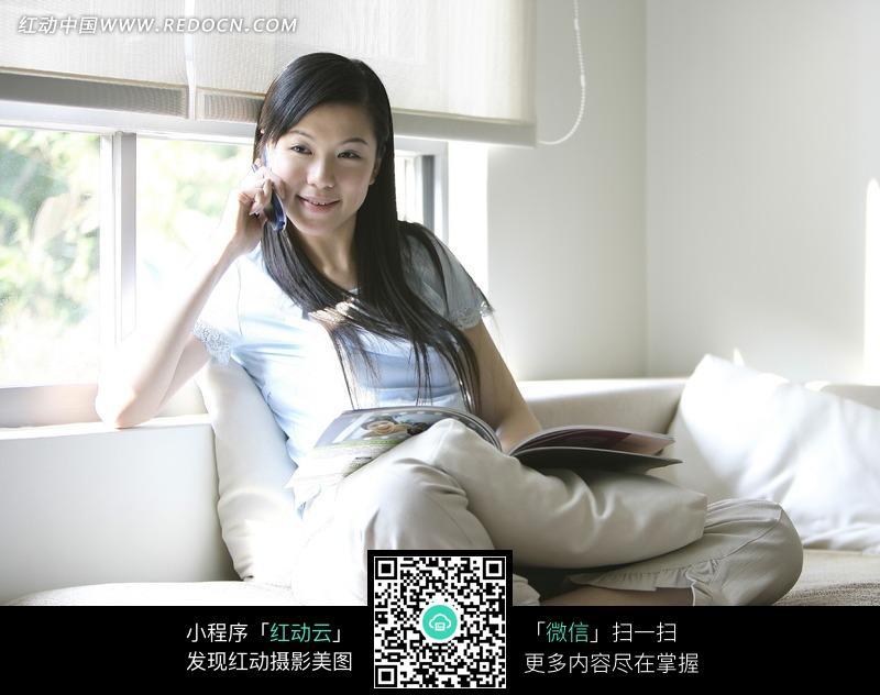 靠在窗坐在床上看书的美女图片 人物图片素材