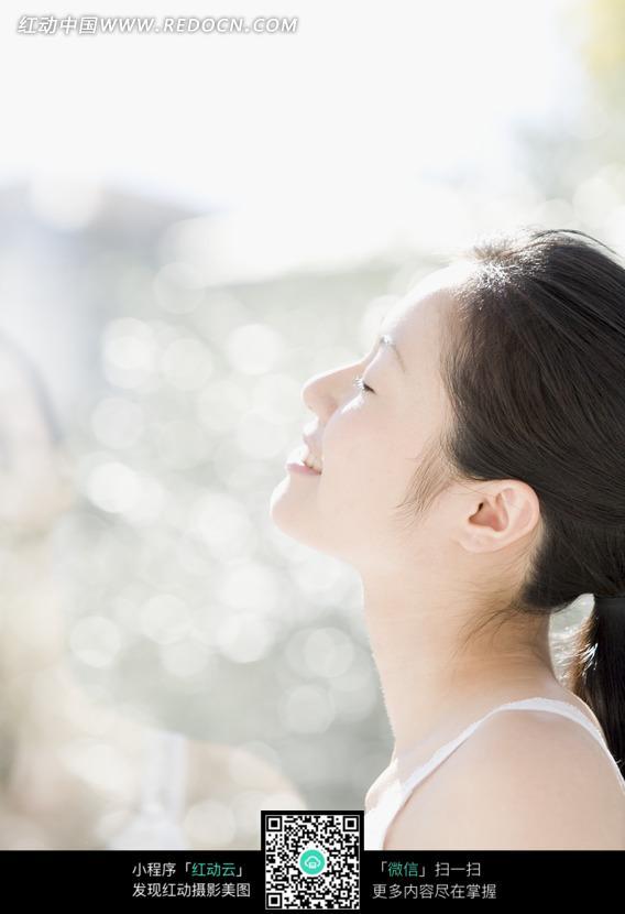 闭眼抬头享受阳光的美女图片编号:1049873