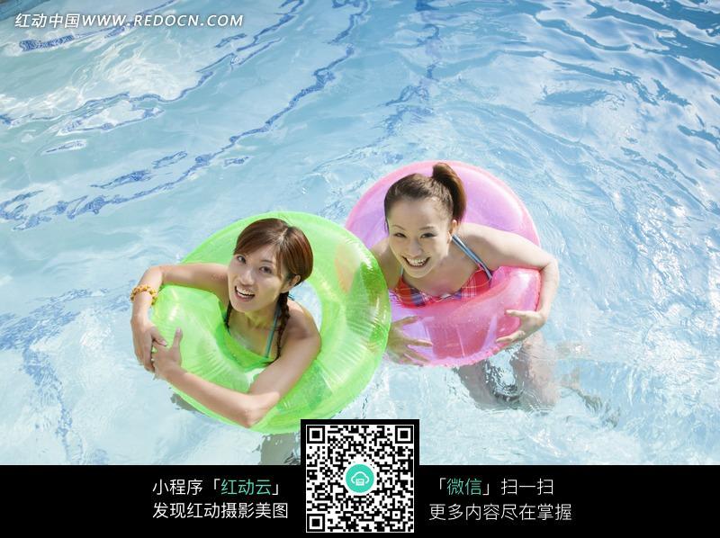 泳池里带泳圈游泳的比基尼美女图片-人物图片