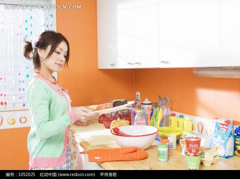 正在学做菜的美女图片 人物图片素材|图片库|图库