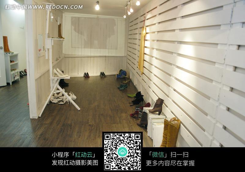 靠着白色的墙放置的鞋子图片(编号:1060331)